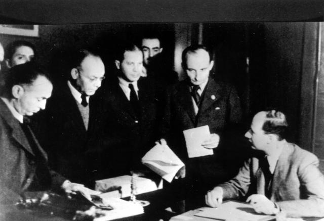 Wallenberg az íróasztalánál munkatársaival 1944. november 26-án